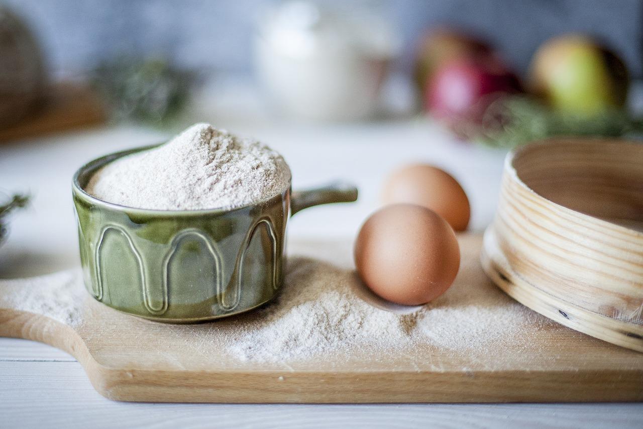 measuring flour, measuring sugar