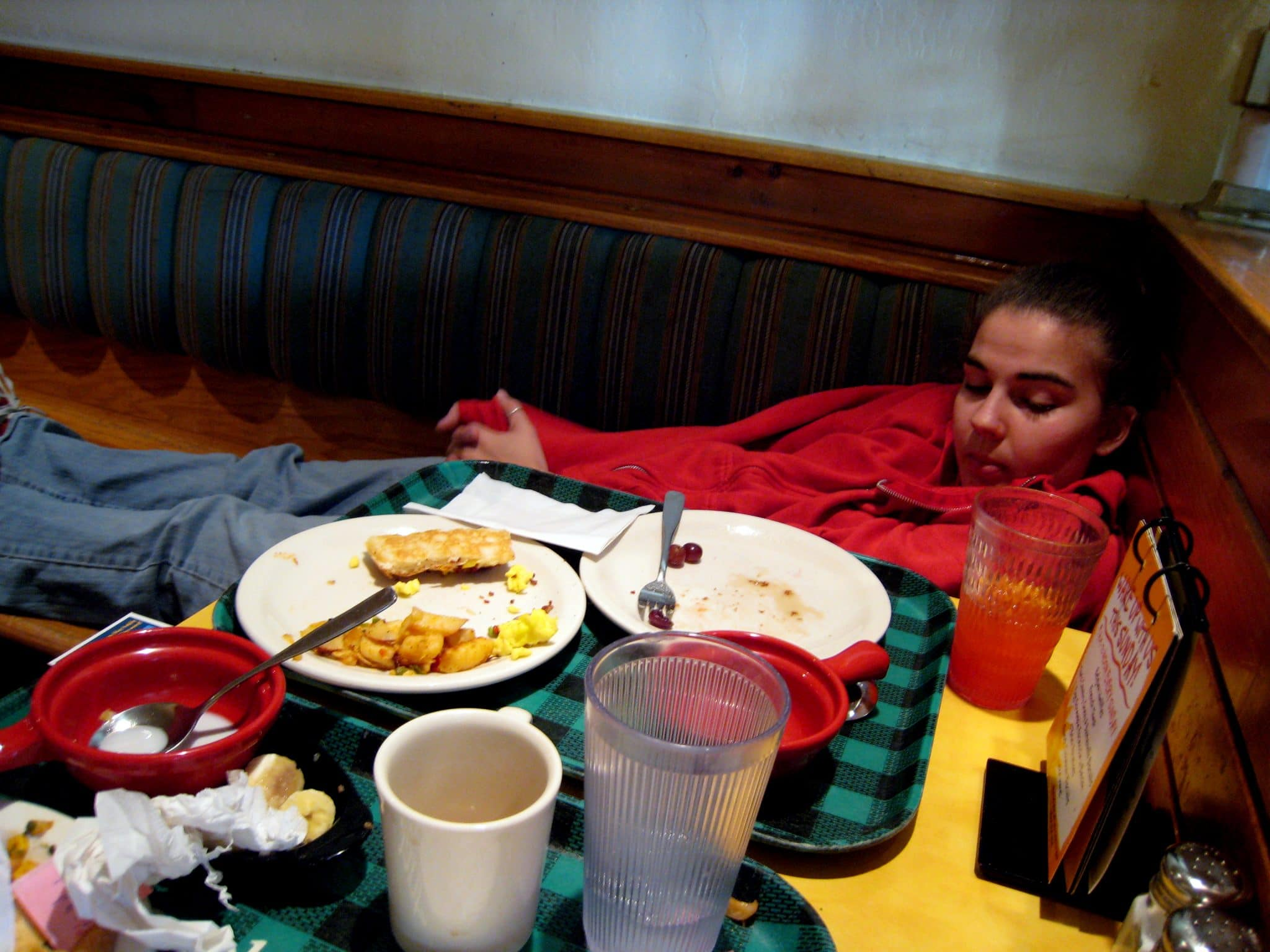 what causes sleepiness after eating, going to sleep after eating
